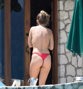 Rita-Ora-Topless-%28Covered%29-In-Jamaica-w7b8lqt0ot.jpg
