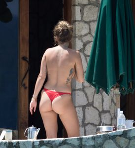 Rita-Ora-Topless-%28Covered%29-In-Jamaica-c7b8lqv7yy.jpg