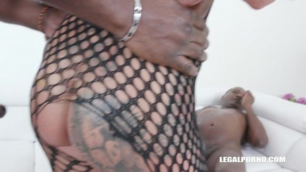 FitXXX Sandy tries black bulls for the first time IV471